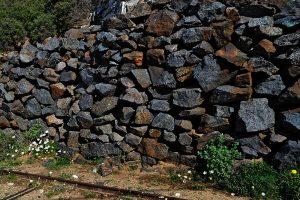 Tas d' émeri brut dans une zone minière à Naxos
